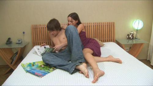 Молодая пара занимается сексом
